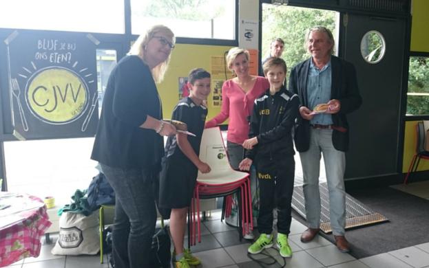 Wethouder Fleur Imming overhandigd namens B.Slim de 'Gezonde sportkantine' plaquette aan voetbalvereniging CJVV.
