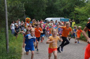 Succesvolle ParkRun for Kids in bos Nimmerdor